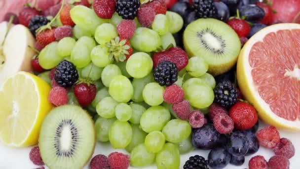 Gyönyörű vegyes bogyós gyümölcsök és a gyümölcs fehér háttér. Zárja be az egészséges táplálkozás. 4k