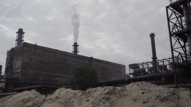 Ein großes Ofenrohr raucht auf der Bergbau- und Verarbeitungsanlage