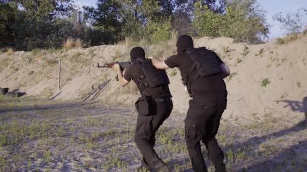 Bezpečnostní strážci jsou vyškoleni, aby střílet stroje pod jednou střechou na střelnici