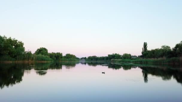 Blick auf einen Fluss vom Motorboot aus, kleiner Fluss in der Nähe des Dorfes