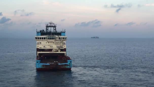 Indonésie, Borneo ostrov 2018: plavidlo pro vlečení lodí zabývající se vlečným provozem