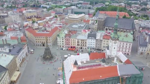 Anténa na horním náměstí v Olomouc city v České republice. Hlavní náměstí ve středověkém městě v českém regionu Moravy. Pohled z barokních kašen, radnici a sloup Nejsvětější Trojice