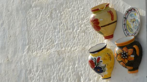 Kézzel készített kerámia vázák, fehérre meszelt andalúziai fehérre meszelt falra
