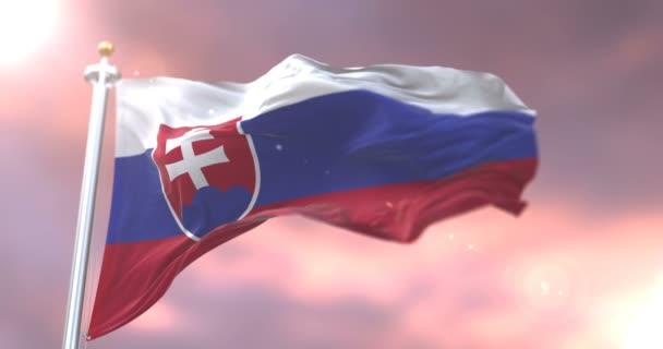 Vlajka Slovenska mával na vítr pomalu při západu slunce, smyčka