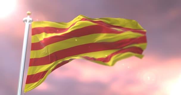 A Catalonia zászlót lengetve szél a kék ég, a naplemente, hurok