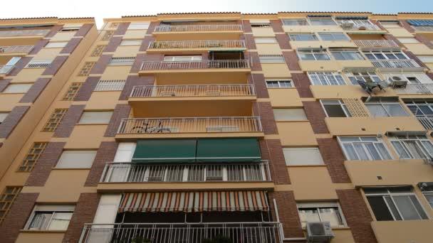 Wohnhaus mit zum Trocknen aufgehängter Kleidung und Klimaanlagen