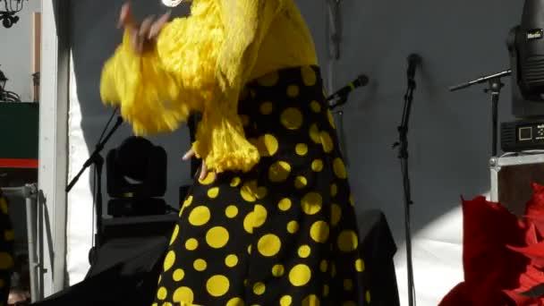 Flamenco tanečnice tančí a dupání na tablao nebo fáze slunečný den