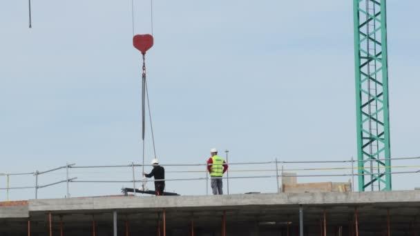 Jeřáb ukládající modul budovy ve výstavbě