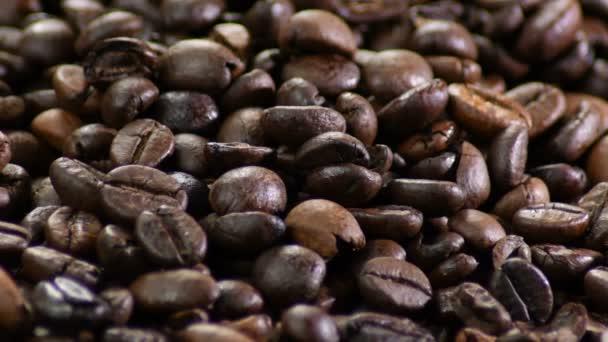 Hnědá zrna kávová zrna kroužící