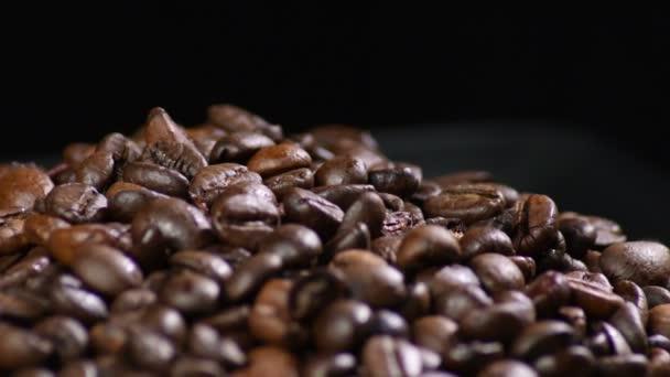 Pražená kávová zrna kroužící