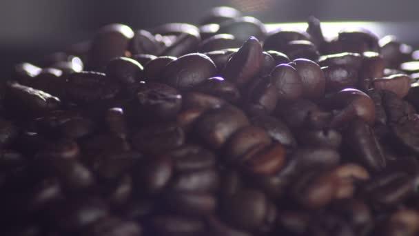 Braune geröstete Kaffeebohnen im Kaffeeröster