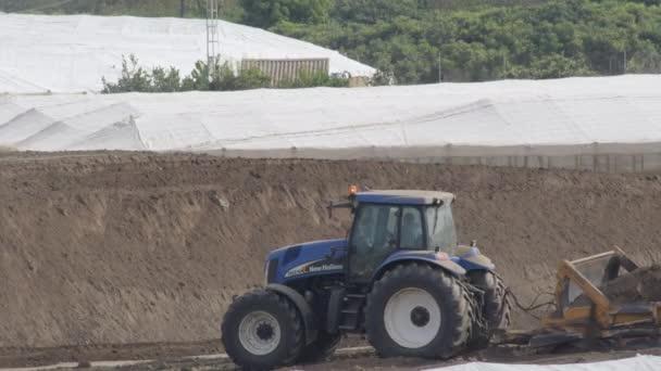 Traktormaschine bei der Feldarbeit