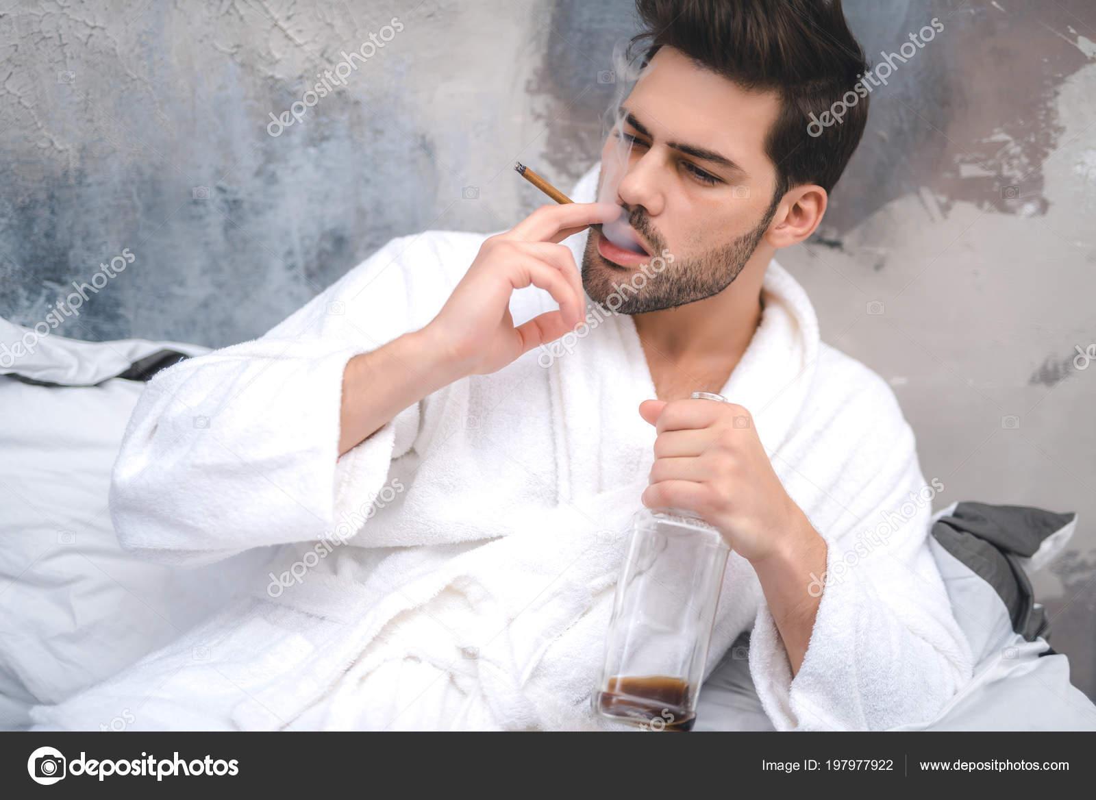 Vestaglia Da Camera Uomo : Uomo vestaglia fumare e bere in camera da letto u foto stock