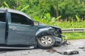 Fényképek autóbalesetben street, sérült autók baleset után ütközés az úton