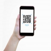 Photo Woman hand holding mobile smartphone with Realistic QR CODE on white screen, isolated on screen.