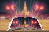 Kreativitás útikönyvek utazás, a természet homályos háttérrel, jelenet Wat Arun fából készült asztal nyitott könyv