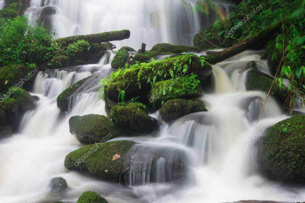 Фотообои Man Daeng waterfall, Waterfall with autumn color change Beautiful nature.