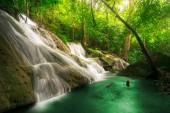 Vodopád Pha Tad je třístupňový vodopád se nachází hluboko v Kanchanaburi Khuean Srinagarindra národní Park
