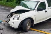Fényképek autóbalesetben street, sérült autó baleset után ütközés az úton