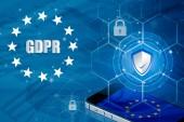 Vorhängeschloss über Smartphone und EU-Flagge im Mobiltelefon und EU-Karte, als Symbol für die EU-Datenschutzgrundverordnung oder Dsgvo. entworfen, um datenschutzrechtlichen Bestimmungen europaweit zu harmonisieren