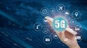 5g sítě bezdrátové systémy a internet věcí, inteligentní město a komunikační sítě smartphonem v ruce a objekty ikonu propojení, připojení globální bezdrátová zařízení