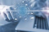 Fotografie Podnikatel, stisknutím na virtuální obrazovky Internet věcí (Iot) slovo a objekty ikonu propojení, síťové koncept Internet, připojení globální bezdrátová zařízení mezi sebou