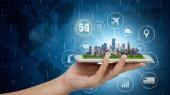 5 g sítě bezdrátové systémy a internet věcí, inteligentní města a komunikační síť s moderní urbanistický model na chytrý telefon v ruce, globální připojení bezdrátových zařízení