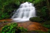Man Daeng Wasserfall im Herbst. schöne Natur.