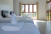Weiche Handtücher und Betten in einem Hotelzimmer am Morgen