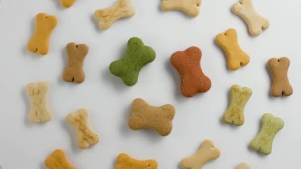 rotierende Hundefutter-Kekse in Form von Knochen. Großaufnahme.