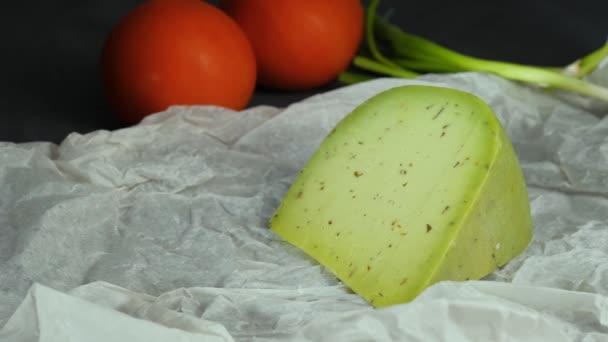 Holländischer Grünkäse mit Basilikum und Gemüse auf weißem Papier