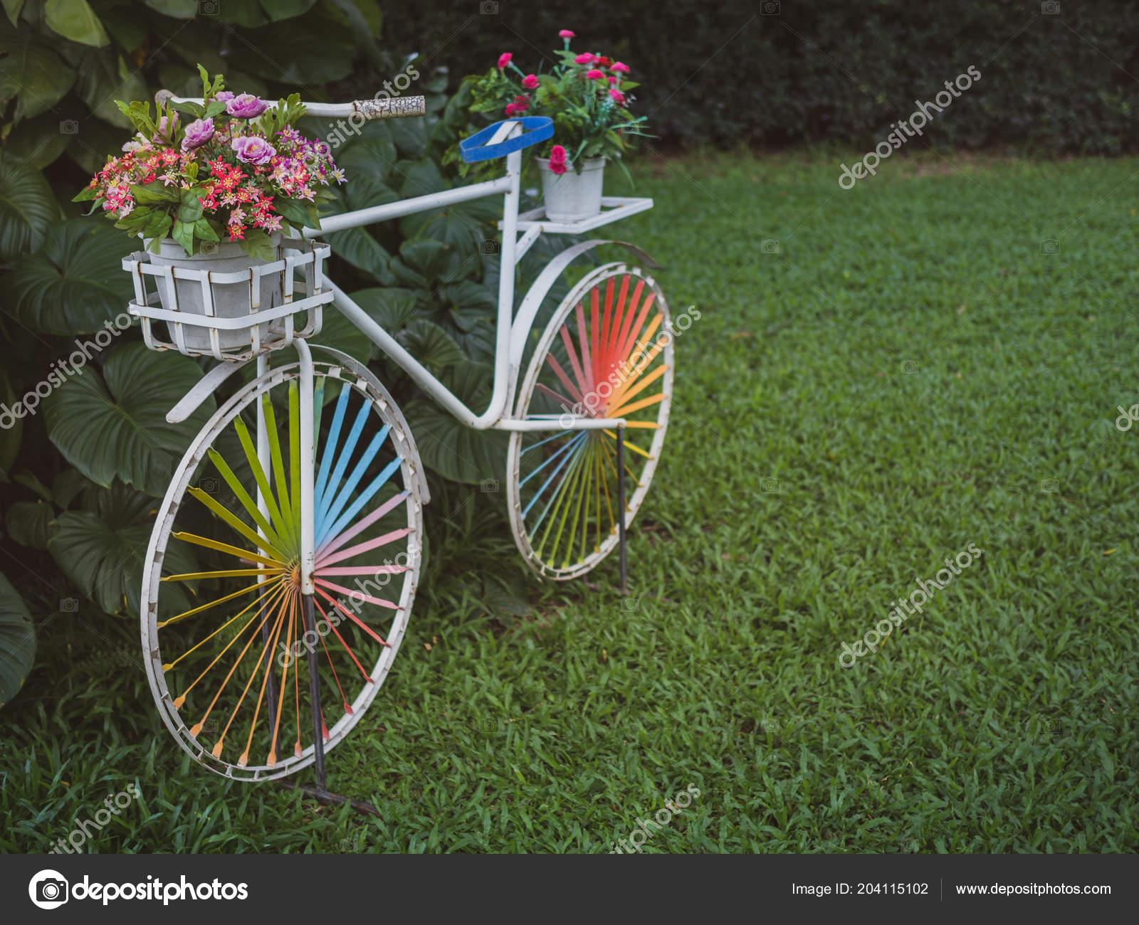 Blanc Vintage Vélo Avec Roue Colorée Des Fleurs Colorées ...