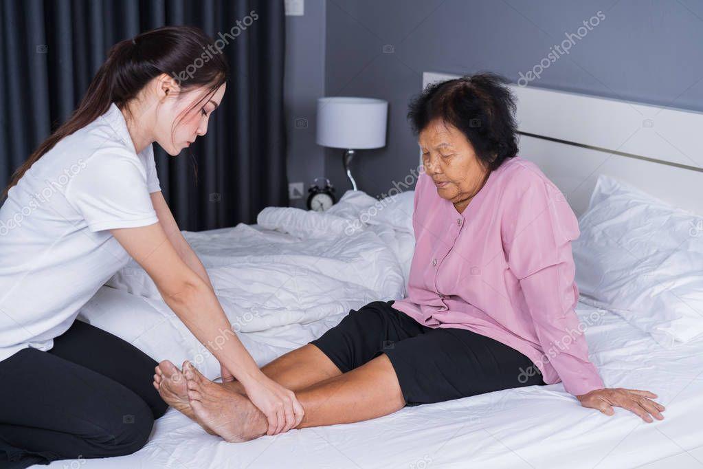 Массаж ног пожилым женщинам видео, женщина сверху кончает порно