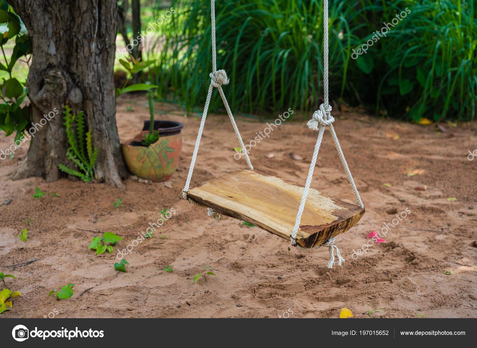 Schommel Voor Tuin : Houten schommel tuin u stockfoto geargodz