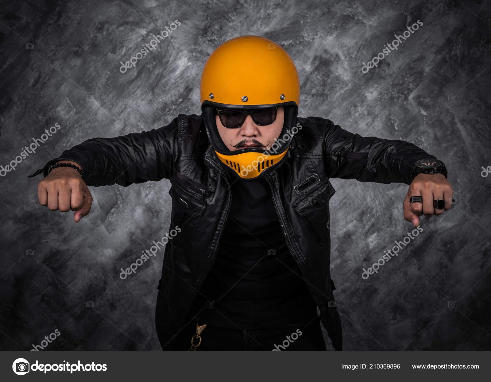 Foto Casco Chaqueta De Stock Retrato Hombre Moto Negro Cuero Biker — w8WIaqECxI