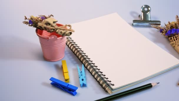 Lapos laikus felvétel-üres könyv, és ceruzával, a tervezési munka, a háttér fehér színű kis virág.