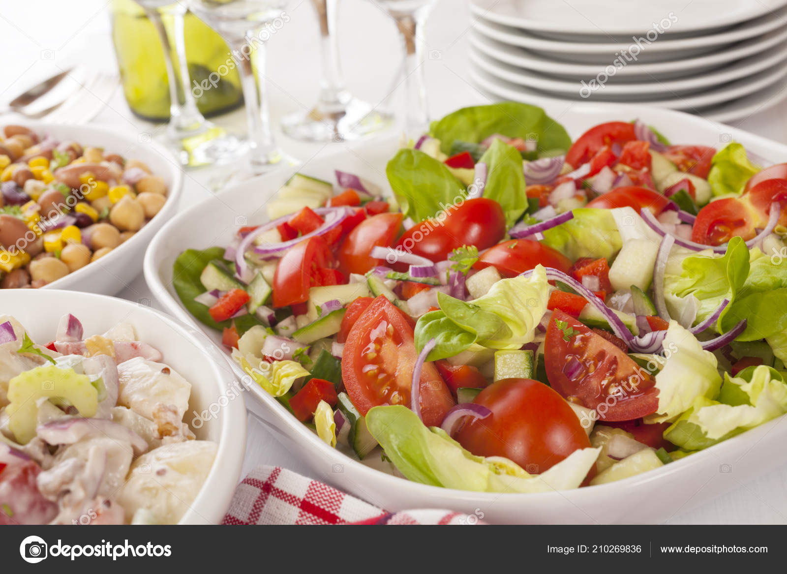 Buffet Di Insalate Miste : Selezione di insalate a buffet u foto stock travellinglight