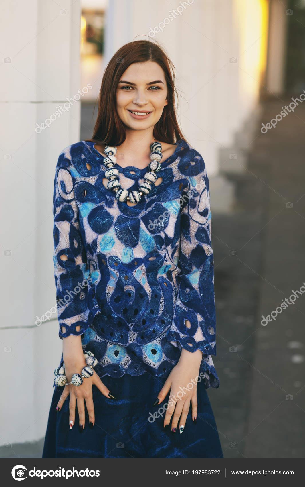 7b034f32620ced Chica hermosa con estilo en ropa de diseño. Modelo posa en una túnica y una  falda. Pintura se basa en primer plano de la pintura - Gzhel, porcelana  rusa– ...