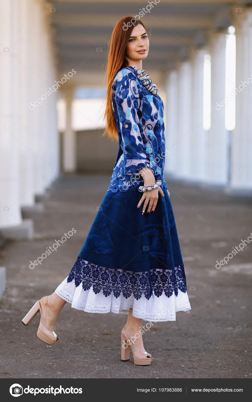 3531b574eb9ed7 Chica hermosa con estilo en ropa de diseño. Túnica que se hace en la  tecnología de nunovolok de seda blanca enrarecido de lana merino.