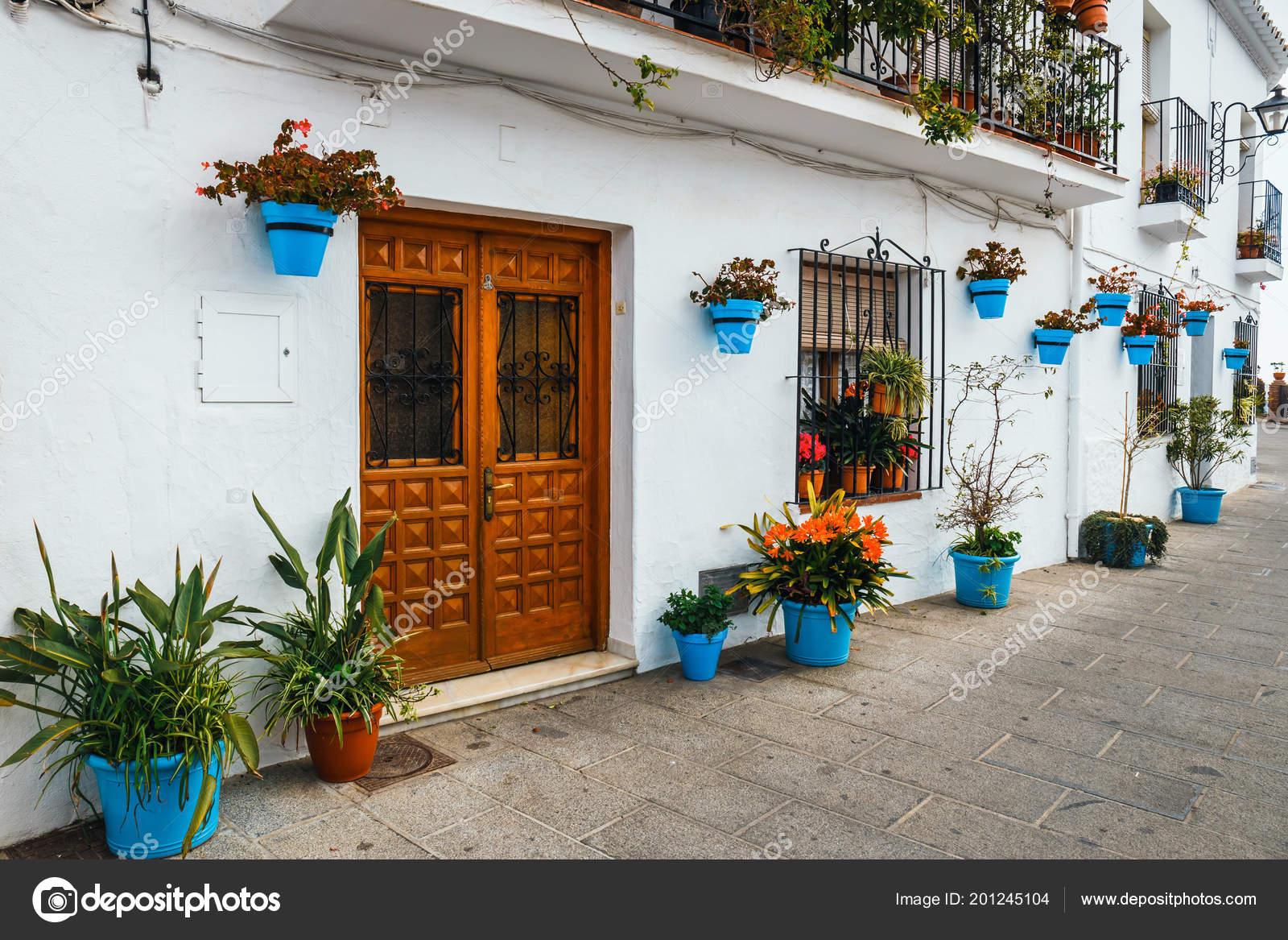Décoration Façade Maison Avec Des Fleurs Pot Bleu Mijas ...