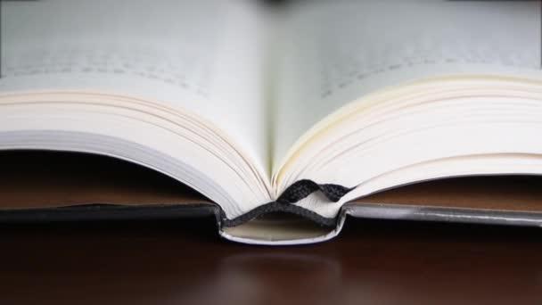 stránky knihy otáčení