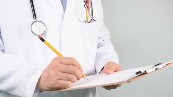 Lékaři ruce zápis na kartu