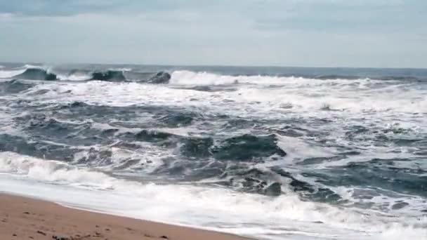 Tengerparti jelenet, ahol a magas hullámok felhős időjárással és erős széllel járnak. Dél-Korea Donghae a tenger.