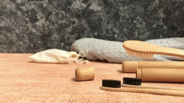 Bambusový zubní kartáček s přírodní štětečí je znázorněn prostorem pro text