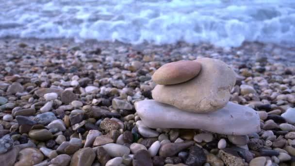 Kameny a mořské vlny