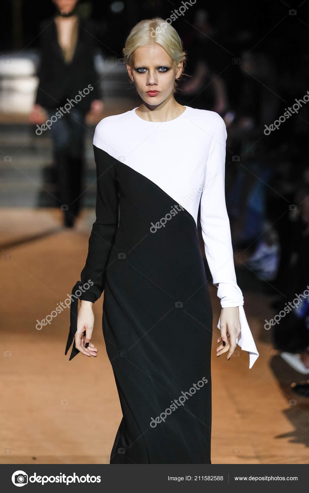 New York February Model Walks Runway Carolina Herrera New