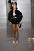 Paris, Franciaország - szeptember 28: Natasha Poly sétál a kifutópálya alatt a Balmain Térkép a párizsi Fashion Week ruházat tavasz-nyári 2019 részeként a szeptember 28, 2018-Párizs, Franciaország.