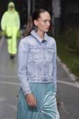 Paris, Franciaország - szeptember 27-én: Adrienne Juliger sétál a kifutópálya alatt a törtfehér Térkép Paris Fashion Week ruházat tavasz-nyári 2019 részeként a szeptember 27, 2018-Párizs, Franciaország.