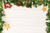 Karácsonyi háttér girland keret és a csillagok, fenyő kúpok és dísztárgyakat. Rengeteg másolási hely