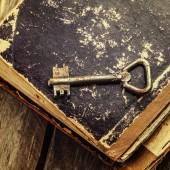 régi rozsdás kulcs, antik könyv